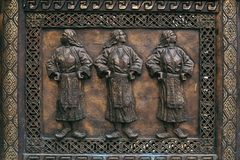 与三名妇女的古铜色雕刻的安心在传统M计算 库存图片