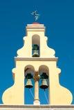 与三响铃的典型的希腊钟楼 免版税库存照片