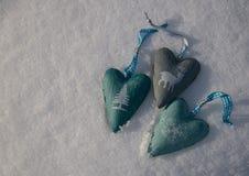 与三心脏的雪背景与一个时髦的冬天打印 免版税图库摄影