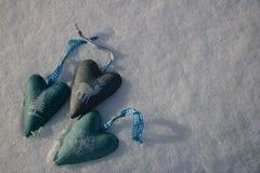 与三心脏的雪背景与一个时髦的冬天打印 免版税库存图片