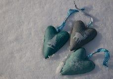 与三心脏的雪背景与一个时髦的冬天打印 库存照片