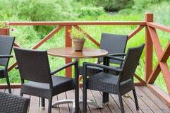 与三把椅子的室外大阳台咖啡馆桌 免版税库存照片