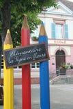 与三支木铅笔的异想天开的学校标志,学校在法国 免版税库存照片