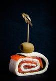 与三文鱼、乳酪和皮塔饼的小卷在黑sl的串 免版税库存照片