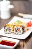 与三文鱼、山葵和姜的寿司卷 免版税库存图片