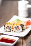 与三文鱼、山葵和姜的寿司卷 库存图片