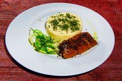与三文鱼、沙拉、面包条、盐和胡椒的鲜美煎蛋卷在白色板材 在木桌上的特写镜头与红色桌布 Da 免版税图库摄影