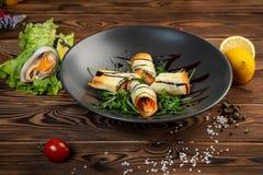与三文鱼、草本和香料的酥脆春卷 免版税图库摄影