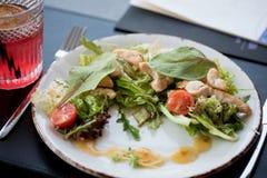 与三文鱼、草莓和樱桃的健康新鲜的沙拉 白色板材,顶视图,餐馆样式 库存图片
