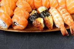 与三文鱼、虾和鳗鱼的被分类的寿司 免版税库存图片