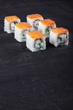 与三文鱼、螃蟹和黄瓜的寿司 库存照片
