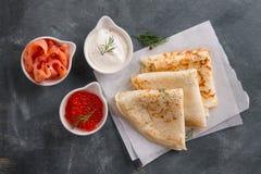 与三文鱼、鱼子酱和酸性稀奶油的开胃薄煎饼 免版税图库摄影