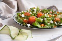 与三文鱼、黄瓜,乳脂干酪和鱼子酱的蔬菜沙拉 库存照片