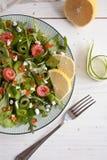 与三文鱼、黄瓜,乳脂干酪和鱼子酱的蔬菜沙拉 图库摄影