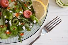 与三文鱼、黄瓜,乳脂干酪和鱼子酱的蔬菜沙拉 免版税库存照片