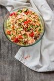 与三文鱼、黄瓜、豌豆和甜椒的米沙拉, 库存图片