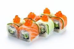 与三文鱼、黄瓜和红色鱼子酱的寿司卷 在白色背景隔绝的费城卷 免版税库存照片