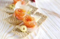 与三文鱼和乳酪的可口开胃菜点心 图库摄影