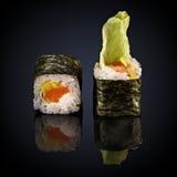 与三文鱼和卷心莴苣的辣卷 免版税库存照片