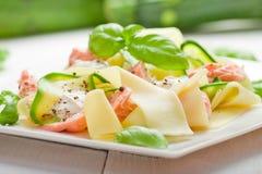 与三文鱼和夏南瓜的意大利细面条面团 免版税库存照片