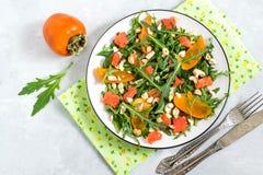 与三文鱼和柿子的新鲜的沙拉 免版税库存图片