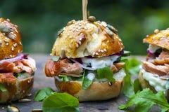 与三文鱼和沙拉的奶油蛋卷小圆面包 免版税库存照片