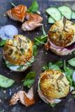 与三文鱼和沙拉的奶油蛋卷小圆面包 库存图片