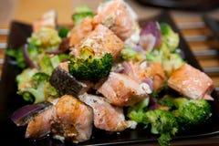 与三文鱼和硬花甘蓝的可口膳食 库存图片