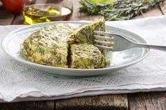 与三文鱼和草本的菜肉馅煎蛋饼 库存图片