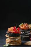 与三文鱼和莓果的黑薄脆饼干 图库摄影