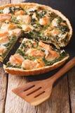 与三文鱼和菠菜,特写镜头的鲜美切的美味乳蛋饼 Ve 图库摄影