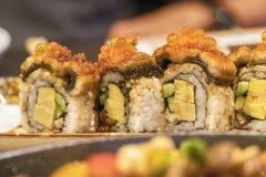 与三文鱼和虾天麸罗的寿司卷 免版税库存照片