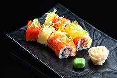 与三文鱼和虾的寿司卷 免版税图库摄影