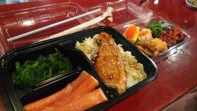 与三文鱼和虾的日本米 库存照片
