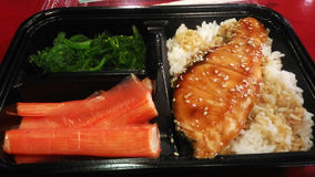 与三文鱼和虾bento的米 免版税库存图片