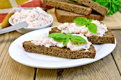 与三文鱼和蛋黄酱奶油的三明治在委员会 库存图片