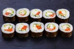 与三文鱼和豆腐乳酪ser的开胃新maki寿司卷 免版税库存照片