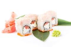 与三文鱼和费城乳酪的精妙,开胃寿司卷用蟹肉奶油甜点 查出 在一白色backg的寿司卷 免版税库存图片