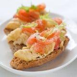 与三文鱼和鸡蛋的面包 免版税图库摄影