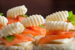 与三文鱼和黄油的开胃三明治 免版税库存照片