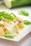 与三文鱼和zicchini的意大利细面条面团 免版税库存图片