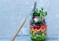 与三文鱼层数的蔬菜沙拉  免版税库存照片