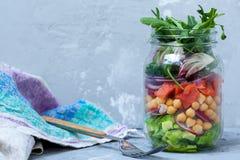 与三文鱼层数的蔬菜沙拉  库存图片