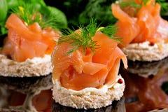 与三文鱼点心的假日开胃菜 免版税库存照片