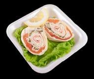 与三文鱼的三明治在一个白色盘子 免版税库存照片