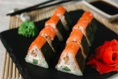 与三文鱼的可口新鲜的寿司在黑板岩 免版税图库摄影