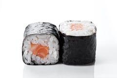 与三文鱼的寿司卷在白色背景 图库摄影