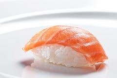 与三文鱼的寿司nigiri在白色背景 库存照片