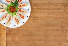与三文鱼的开胃菜在皮塔饼面包装饰用蕃茄,沙拉 库存照片