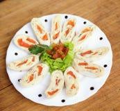 与三文鱼的开胃菜在皮塔饼面包装饰用蕃茄,沙拉 免版税库存图片